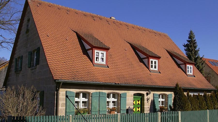 Das Haus in der Allersberger Straße 21. Der alte, noch erhaltene Eingang zur Straße hin wird nicht mehr genutzt, der  Eingang liegt jetzt auf der Nordseite.