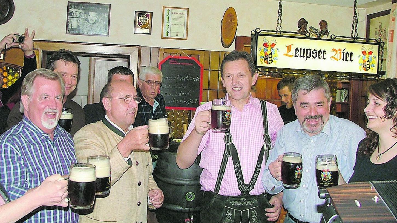 Bockbieranstich bei Brauerei Gradl in Leups: im Bild (v.l., vorne) MdL Walter Nadler, Bürgermeister Manfred Thümmler und Landrat Hübner.