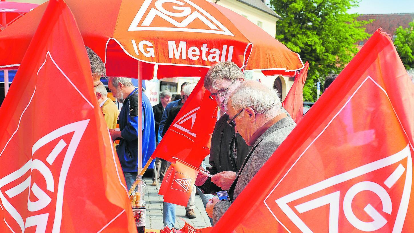 Rote Fahnen am Marktplatz: Nach 120 Jahren Maifeier der Gewerkschaften in Forchheim hat das Interesse an der Demonstration spürbar nachgelassen.