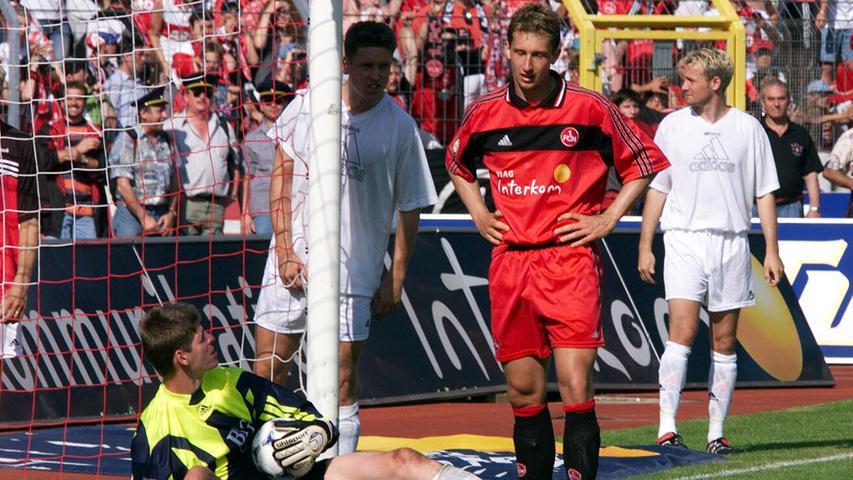 Der Abstieg 1994 war für die Anhänger des FCN erst der Anfang von immer größer werdendem Leid. 1996 folgte der Absturz in die Drittklassigkeit. Doch unter Präsident Michael A. Roth und den Trainern Entenmann und Magath schaffte der Club den Durchmarsch von der Regionalliga zurück in die Bundesliga. Dort stand der Club nach dem vorletzten Spieltag der Saison 1998/99 auf einem augenscheinlich sicheren zwölften Rang. Während man in der Noris die große Klassenerhaltsparty plante, bereitete man sich bei den Konkurrenten aus Frankfurt, Rostock, Freiburg und Stuttgart auf den letzten Durchgang vor. Im dramatischsten Saisonfinale der Bundesligageschichte spielte sich Frankfurt gegen Kaiserslautern in einen Rausch, während Frank Baumann den Ball aus einem Meter nicht im Freiburger Tor unterbrachte. Der Club war erneut abgestiegen!