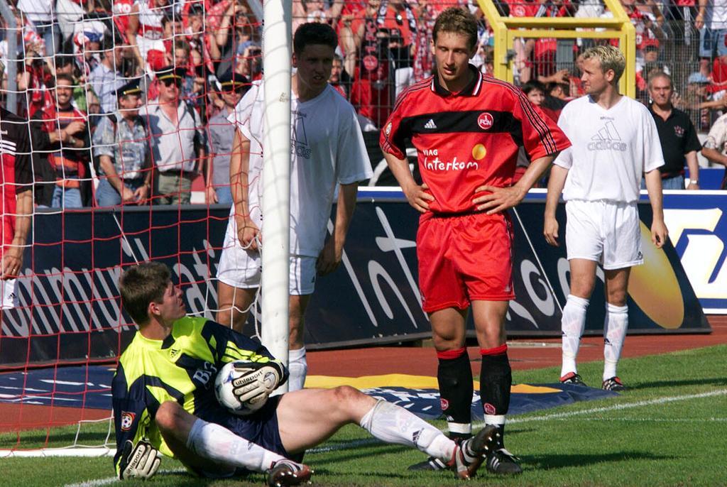Der Abstieg 1994 war für die Anhänger des FCN erst der Anfang von immer größer werdendem Leid. 1996 folgte der Absturz in die Drittklassigkeit. Doch unter Präsident Michael A. Roth und den Trainern Entenmann und Magath schaffte der Club den Durchmarsch von der Regionalliga zurück in die Bundesliga. Dort stand der Club nach dem vorletzten Spieltag der Saison 1998/99 auf einem augenscheinlich sicheren zwölften Rang. Während man in der Noris die große Klassenerhaltsparty plante, bereitete man sich bei den Konkurrenten aus Frankfurt, Rostock, Freiburg und Stuttgart auf den letzten Durchgang vor. Im dramatischsten Saisonfinale der Bundesligageschichte spielte sich Frankfurt gegen Kaiserslautern in einen Rausch, während Frank Baumann den Ball aus einem Meter nicht im leeren Freiburger Tor unterbrachte. Der Club war erneut abgestiegen.