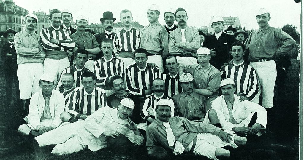 Schick & Fußballbegeistert: Bereits in den 1890er Jahren hatten sich einige junge Leute auf der Deutschherrnwiese spielerisch die Zeit vertrieben. Nachdem 18 von ihnen den 1. Fußballclub Nürnberg am 4. Mai 1900 in einem Wirtshaus unweit ihres Betätigungsfelds aus der Taufe gehoben hatten, konnte man stolz für die Fotografen posieren.