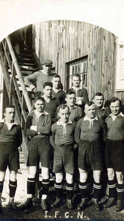 In den 20er Jahren dominierte der FCN die Fußball-Landschaft nach Belieben, reihte einen Meistertitel an den nächsten. Die Voraussetzung dafür war ein starker Rückhalt, den man mit dem legendären Heiner Stuhlfauth hatte (gut an seinem grauen Pullover und der tief ins Gesicht geschobenen Schiebermütze erkennbar). Entsprechend einer kicker-Abstimmung war Nürnbergs Torwart-Titan noch 30 Jahre nach seiner letzten Meisterschaft (1927) der populärste Fußballer Deutschlands. Auf dem Rasen war der Wirt der beliebten Sebaldusklause - in fünf Endspielen ohne Gegentor - meist unüberwindbar. Seinem Verein war Stuhlfauth stets verbunden: