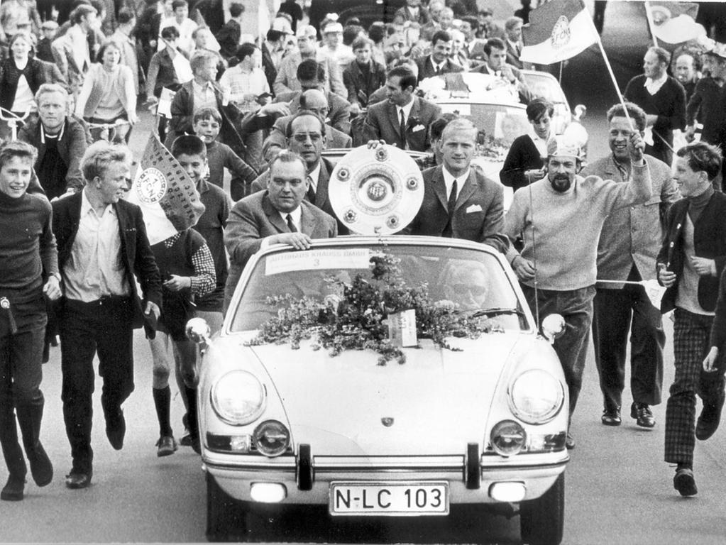 1968 war die Meisterschale wieder und zum vorläufig letzten Mal in der Noris zu Besuch und wurde dabei im Beisein von Max Merkel und Rekord-Torjäger Heinz Strehl in einem schicken Sportflitzer durch die Gegend chaufiert . Die Vorgeschichte: Der Club war furios in die Saison gestartet und empfing als Tabellenführer am...