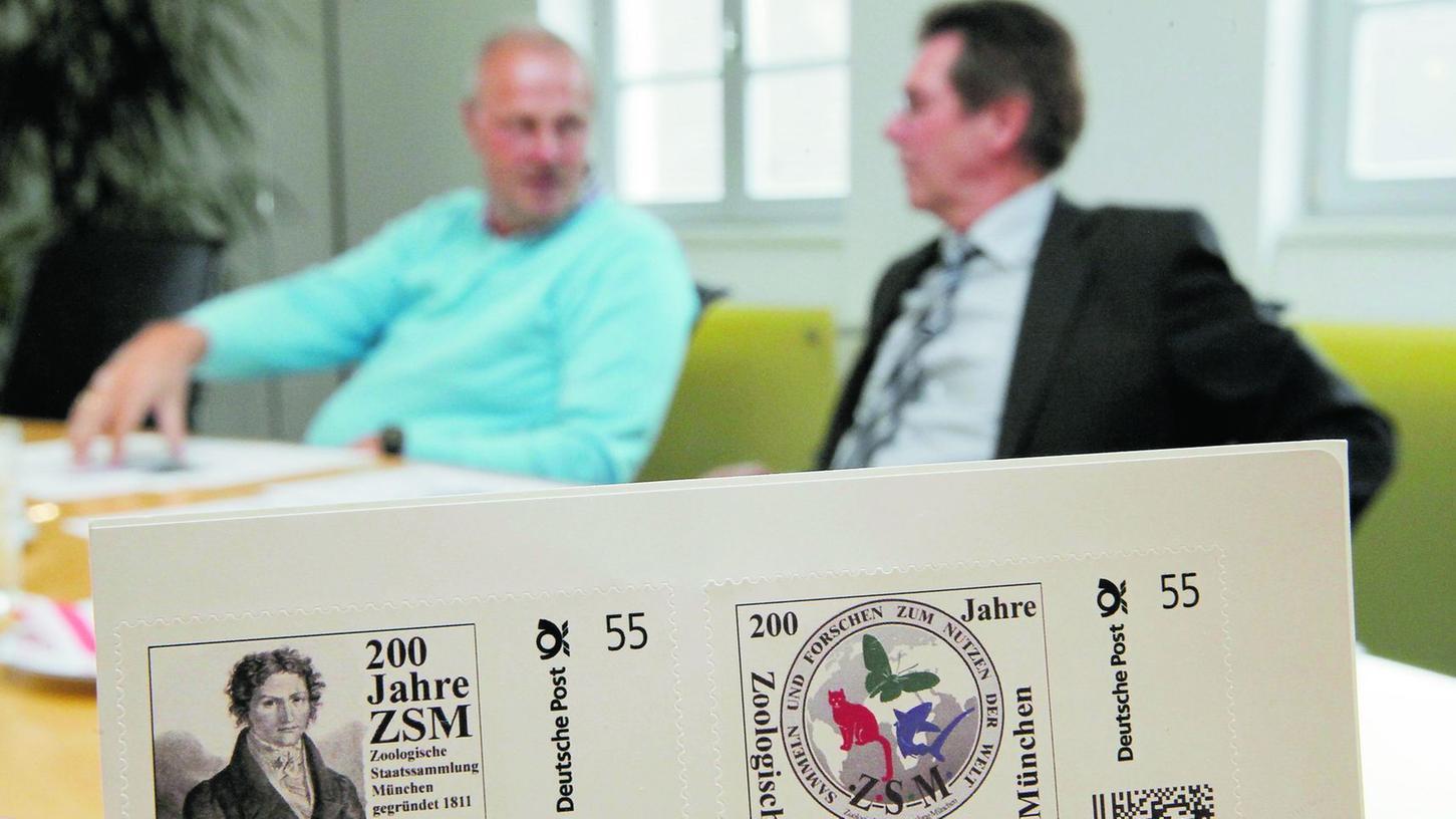 Zwei Spixianer und ihr neuester Schatz: die Briefmarke mit dem Bild von Johann Baptist Ritter von Spix. Bürgermeister Gerald Brehm und Sparkassen-Vorsitzender Herbert Fiederling (v.l.) kennen sich mit dem berühmtesten Sohn Höchstadts gut aus.