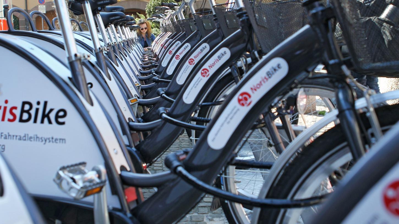 Seit 2011 kann man Räder in Nürnberg leihen, doch noch läuft das Geschäft nicht rund. In der Innenstadt soll das Netz mit Leihräder dichter werden.