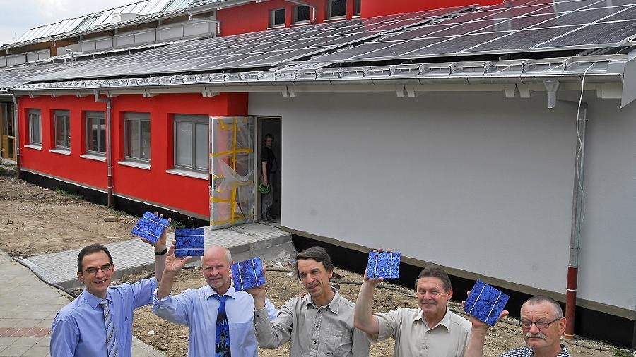 Ein Hoch auf die Module (v.l.n.r.): Thomas Wagner von der Intego Prüftechnik für Module, TV-Präsident Wolfgang Beck, Solar-Enthusiast Prof. Martin Hundhausen, Planer Werner Linsenmeyer und Architekt Horst Fischer.