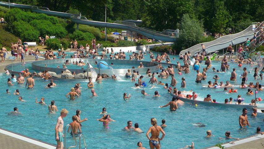 Die Besucher des Freizeitbads Roth können sich auf ein Sportbecken, Sprungtürme, Erlebnisbecken und einen Eltern-Kind-Bereich freuen. Entspannung gibt's auf den Wiesen oder der Steintribüne.Geöffnet ist es jeweils von 8 bis 20 Uhr. Hier geht's zur Website des Freizeitbades. Dort finden Sie auch alle Infos zum eingeschränkten Betrieb während der Corona-Pandemie.