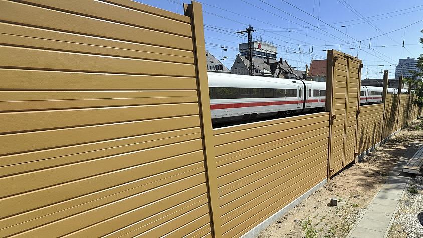 So wie hier am aufgelassenen Bahnübergang Ottostraße hat sich die Kommune den Lärmschutz nicht vorgestellt. Weder der Farbton noch die Struktur der neuen Wand entsprechen den Ideen des Stadtplanungsamtes.