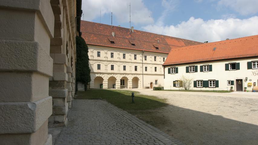 DieHohenzollernfestung Wülzburgliegt auf 630 Metern Höhe oberhalb von Weißenburg und damit höher als das Walberla. Erbaut wurde sie ab 1588. Der Tiefe Brunnen im Westflügel ist ein Wunderwerk der Technik.