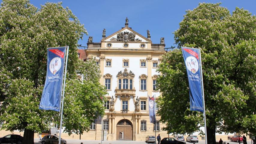 Der spektakulären Schlossanlage gingen mehrere mittelalterlichesowie ein Renaissance-Gebäude voraus. Der heutige Hauptbau entstand zwischen 1717 und 1721. Verschiedene Deckengemälde, Wandvertäfelungen, Fußböden undStuckornamentesind aus dieser Zeit erhalten. Die Kolonnaden im Innenhof entstanden bei einem Umbau 1775.1789 wurde der Sitz der Ballei Franken nach Bad Mergentheim verlegt. Damit war die Geschichte des Schlosses Ellingen als Residenz des Deutschen Ordens praktisch beendet. Einige Jahre später wurde der Orden fast gänzlich aufgelöst und der Besitz Ellingen fiel an das Königreich Bayern.