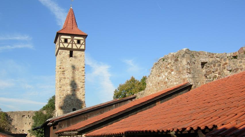 Die Kirchenburg in Ostheim ist mit ihrer stattlichen Grundfläche von60 mal60 Metern nicht nur die größte Kirchenburg Deutschlands. Sie ist in ihremeinzigartigen Erhaltungszustand auch eine der schönsten Kirchenburgen überhaupt. Mit ihren fünf Türmen,sechs Bastionen sowie zwei Schutzmauern ist sie wehrhafter ausgestattet als manche Höhenburg. Damitstellt sie ein einzigartiges Kleinod des spätmittelalterlicher Wehrbaus dar. Innerhalb der Burg steht im Zentrum die im Renaissancestil erbaute Kirche St. Michael.