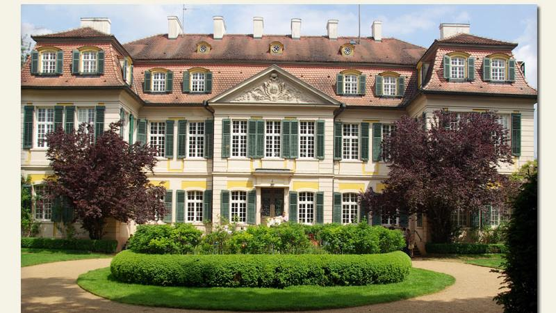 Schloss Dennenlohe,ein romantisches Barockensemble im Landkreis Ansbach,istseitüber 180 Jahren im Besitz der Freiherrlichen Familie von Süsskind. Umgeben wird das Anwesenvon einem 26 Hektar großen Landschaftspark.Dieser wird seit 1980 stetig erweitert. Hierblühen englische Rosen, japanische Azaleen und Rhododendren sowie chinesische Sträucher um die Wette.