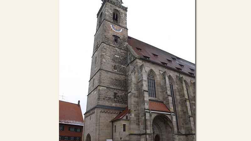 Die katholischeStadtpfarrkirche St. Georgin Dinkelsbühl im Landkreis Ansbach ist ein wunderschönes Beispiel für eine spätgotische Hallenkirche.Inmitten der Stadt gelegen, wurde das Münster in den Jahren 1448 bis 1499 nach Plänen von Niclaus Eselererbaut.