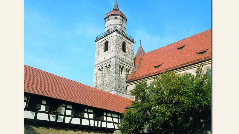 Der romanische Kreuzgang in Feuchtwangen stammt vermutlich aus der zweiten Hälfte des 12. Jahrhundert. Vom Marktplatz ausist er über eine Treppe zu erreichen. Kultur und Theaterfreunden ist er ein Begriff, da hier jeden Sommer die berühmten Kreuzgangspiele mit Freilichtaufführungen von Klassikern der Weltliteratur stattfinden. Der Keuzgang ist das Relikt eines benediktinischen Klosters, das schon in den Jahren 819 und 824 urkundlich erwähnt wurde.