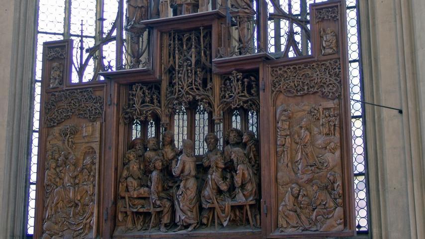 Der Name der Stadtkirche deutet es schon an: Rothenburg ob der Tauber liegt an den Jakobswegennach Santiago de Compostela. Über 1000 Pilger kommen jedes Jahr in die Jakobskirche (von 1311 bis 1484 erbaut), um deneindrucksvollenHeilig-Blut-Altar von Tilman Riemenschneider zu sehen. Bei der hier eingebetteten Reliquie soll es sich um einen während des Abendmahls aus dem Kelch verschütteten Tropfen handeln, der durch die Wandlungzum Blut Christi wurde. EineReliquiein einer protestantischen Kirche? Das macht hier durchaus Sinn. DerRiemenschneider-Altarwurde beim konfessionellen Wechsel (St. Jakob war einst altkirchlich, also katholisch) nicht zerstört.