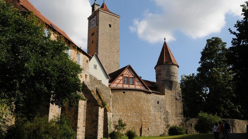 Die begehbare Stadtbefestigung ist einer der Höhepunkte in Rothenburg ob der Tauber. Sechs Toreund einige Türchen für Fußgänger führen über sie in die Altstadt (oder aus ihr hinaus). Erkunden könnenBesucher das Bauwerk über den Rothenburger Turmweg, der vier Kilometer um die Altstadt führt. Auf Informationstafeln wird die GeschichteRothenburgs erläutert.