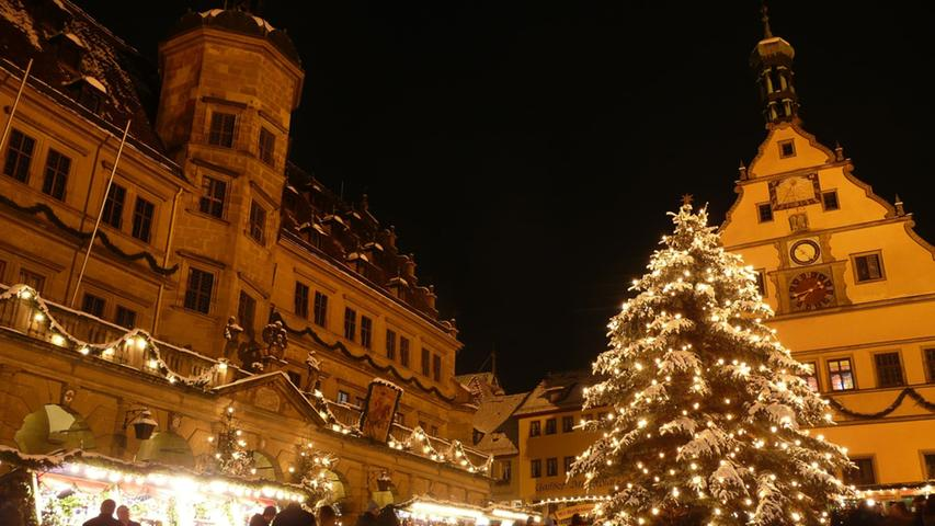 Vor allem zu Weihnachten eines der beliebtesten Touristenziele in Deutschland: Der Rathausplatz in Rothenburg.Mit seiner historischen Altstadt, der einzigartigen Lage über dem Taubertal und seiner Fachwerkromantik ist Rothenburg für viele derInbegriff des mittelalterlichen Deutschlands. Immer im Sommer wird es allerdings rockig: Dann steigt das Taubertal Open Air.