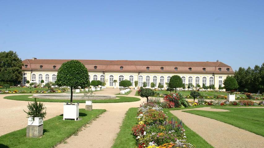 In der spätmittelalterlichen Residenz Ansbach befindet sich heute eine bedeutende Sammlung Ansbacher Fayencen (Keramik) und Porzellane. Viel schöner als die Residenz selbst finden aber viele Leute den Hofgarten, in dem auch zahlreiche Heilkräuter angebaut werden. Informationen zur Residenz erhalten Sie hier.