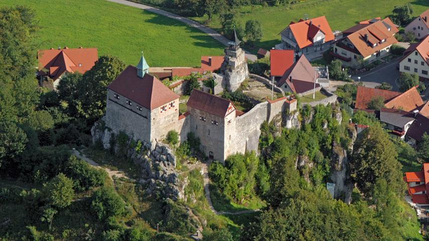 Der Aufstieg über insgesamt 137 steinerne Stufen zur Burg Hohenstein lohnt sich: Vom Gipfelplateau des 30 Meter hohen Felsblocks hat man einen einzigartigen Fernblick. Bei klarem Wetter kann man bis zu 80 Kilometer weit ins Land schauen – hinüber zum Ochsenkopf etwa.