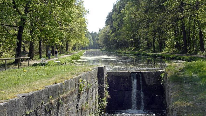 Einst ein technisches Meisterwerk, heute eine Freizeitoase: DerAlte Brückkanal Ludwigskanal. Der Schwarzach-Brückkanal, bei Kilometer 95,2 zwischen den Schleusen 59 und 60, der den Kanal mit einer Höhe von 17,50 Metern über den Fluss trägt, gilt als technische Meisterlesitung. 1841 wurde er fertiggestellt, musste aber 1844 nach einigen Reparaturmaßnahmen fast volltändig wieder abgetragen werden.