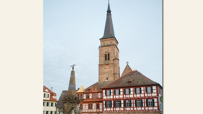 Der Marktplatzmarkiert seit 1303 das lebendige Zentrum der kreisfreien Stadt Schwabach. Ansässig waren hier damals nur die wohlhabendsten und einflussreichsten Bürger mit ihren zum Teil prächtigen Anwesen. Ab 1885 wurde der Platz zu Ehren des bayerischen Herrscherhauses in Königshaus umbenannt. Er grenzt an die Westseite des Rathauses und die unmittelbardahinter liegende Stadtkirche. Dieses Ensemble ist als Motiv prägend für Schwabach.