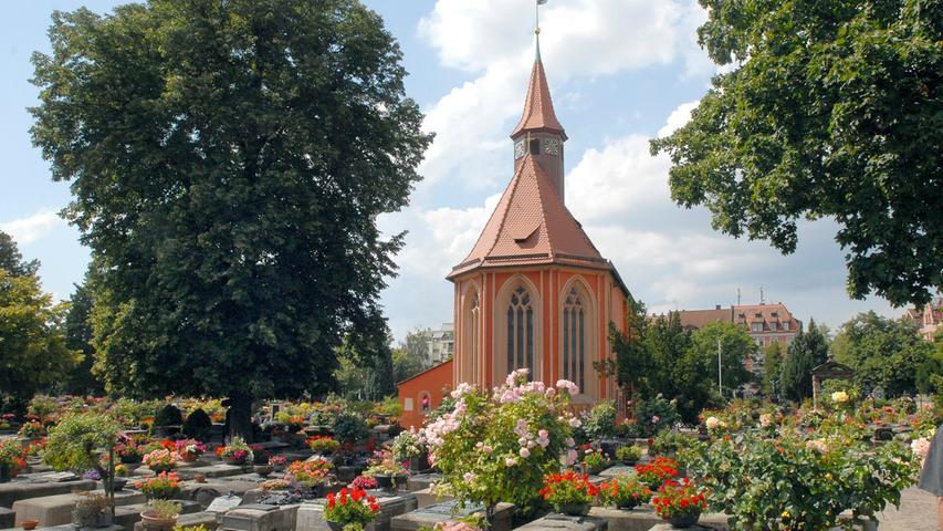 DerJohannisfriedhof in Nürnbergist eine der berühmtesten Ruhestätten Deutschlands. Große Namen wie Albrecht Dürer, Hans Sachs und Veit Stoß finden hier ihre letzte Ruhe. Inmitten des Friedhofs steht die aus dem 13. Jahrhundert stammende St. Johannis Kirche. Bekannt ist der Friedhof zudem für seine Epitaphienkunst, die 2018 in das Bayerische Landesverzeichnis immateriellen Kulturerbes aufgenommen wurde.