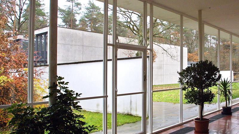 DieAkademie der Bildenden KünsteNürnberg ist die älteste Kunstakademie im deutschsprachigen Raum. Bereits 1662 wurde sie gegründet. Ihre Aufnahme in die Frankenwunder verdankt sie aber ihrem weit jüngeren Zuhause in der Bingstraße. Die vom Münchner Architekten Sep Ruf zu Beginn der 50er Jahre entworfenen Pavillions gelten als Meilenstein moderner Architektur.