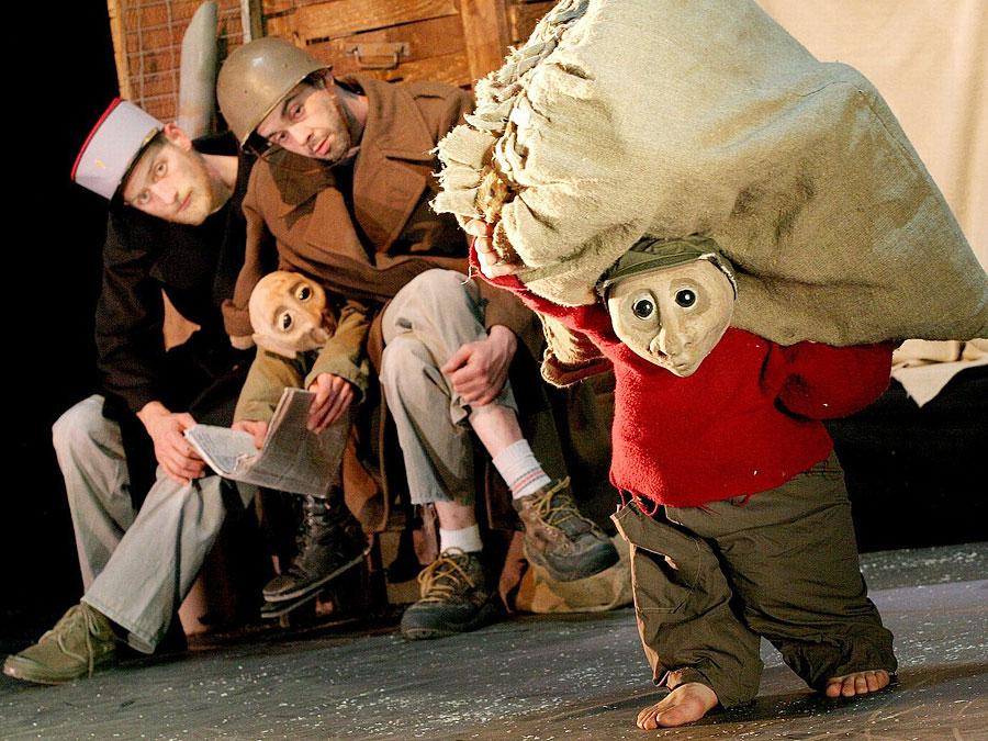 Schwer schleppen lässt die Compagnie Le Boustrophédon am Sonntag, 22. Mai. Los geht es um 19:30 Uhr im Stadttheater Fürth.