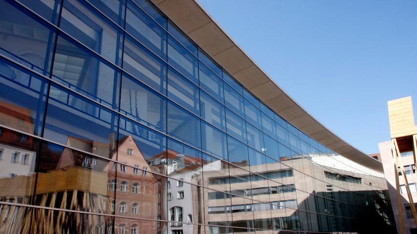 Das Neue Museum Nürnberg beeindruckt nicht allein durch seine Werke von Warhol bis Beuys, sondern vor allem durch seine von Volker Staab entworfene 100 Meter lange, leicht geschwungene Glasfassade, die für viele Fotofans ein perfektes Motiv abgibt. Die moderne Architekturist die perfekte Bühne für moderne Kunst und Design.
