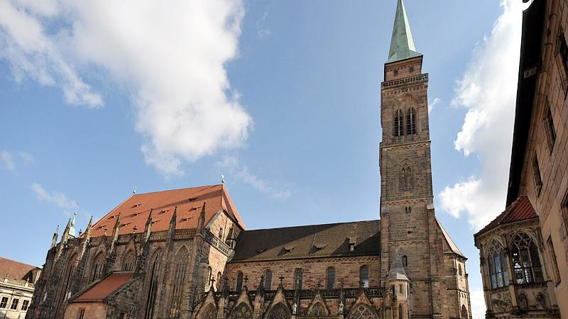 St. Sebald ist neben St. Lorenz und der Frauenkirche das bedeutendste Gotteshaus in Nürnberg. Nicht nur der Baustil und die Kunstschätze sind eine Besonderheit, sondern auch die Tatsache, dass die Reliquien eines katholischen Heiligen in einer evangelisch-lutherischen Kirche aufbewahrt werden. Der Heilige Sabald als Nürnberger Stadtpatronhat seine letzte Ruhestätte in einem Schrein gefunden, den der berühmteNürnberger Bildhauer und Rotschmied Peter Vischer gefertigt hat. Der Bau derBasilika hatte1230/40 auf den Grundmauern einer dem HeiligenPetrus geweihten Vorgängerkirche begonnen. Bis 1379 wurden die Seitenschiffe dieser ältesten Pfarrkirche von Nürnberg erweitert, die Türme im hochgotischen Stil erhöht und der spätgotischen Hallenchor gebaut.