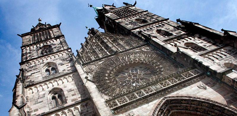 Die Lorenzkirche in der Nürnberger Innenstadt kann man nicht verfehlen. Baubeginn war 1250 mit der dreischiffigen Basilika, der spätgotische Hallenchor wurde im Jahr 1477 vollendet. Der Patron und Namensgeber der Kirche ist der Heilige Lorenz. Im Zweiten Weltkrieg wurde das Bauwerk stark beschädigt und danach nach altem Vorbild wieder aufgebaut. Seit der Reformation ist die Lorenzkirche neben der Sebalduskirche eine der beiden großen evangelischen Stadtkirchen Nürnbergs.