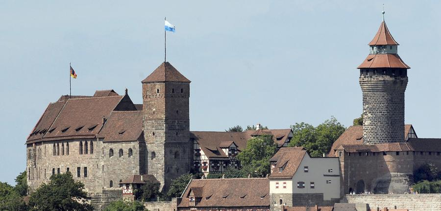 Die Kaiserburg ist das Wahrzeichen Nürnbergs und thront hoch über der Altstadt. Früheste bauliche Spuren stammen bereits aus der Zeit um 1000. Nach den schweren Beschädigungen durch die zahlreichen Luftangriffe auf Nürnberg im Zweiten Weltkrieg wurde die Burganlage in historischen Formen wieder aufgebaut. Seitdem gehört sie geschichtlich und baukünstlerisch zu den bedeutendsten Wehranlagen Europas.