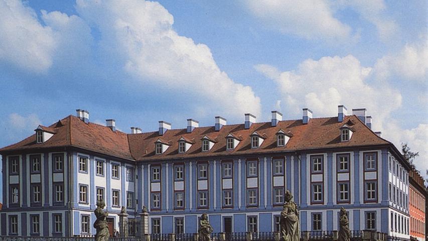 Rechts das Rote, links das Blaue Schloss Obernzenn:Die beiden spätbarocken Schlösser im Landkreis Neustadt an der Aisch-Bad Windsheim sind nach den vorherrschenden Farbtönen ihrer Fassadengestaltung benannt. Beide Gebäude stehen auf den Überresten einer mittelalterlichen Burganlage.