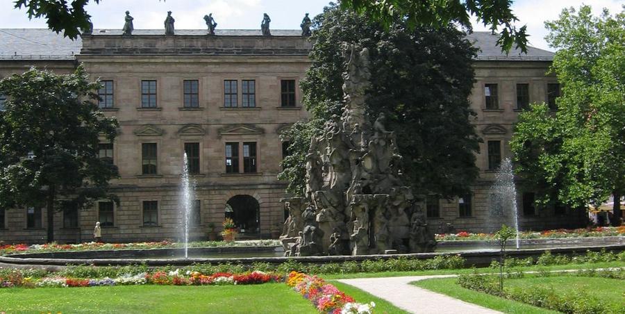 DerSchlossgartenErlangen, eine der ersten barocken Gartenanlagen Frankens,ist seit 1849 der Öffentlichkeit zugänglich. Legendär ist das Schlossgartenfest, das immer Ende Juni stattfindet und bei dem die Besucher gemeinsam durch die Nacht feiern und tanzen.