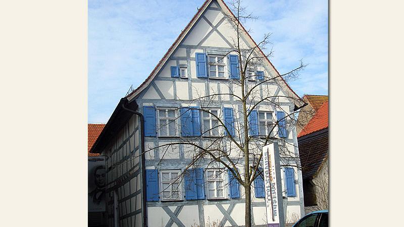 Hier erblickte der Erfinder der Bluejeans das Licht der Welt: DasGeburtshaus von Levi Straussin Buttenheim beherbergt heute ein Museum zum Gedenken an den Mode-Pionier. 1992 begann die Renovierung des baufälligen Gebäudes, eröffnet wurde das Museum im Jahr 2000.