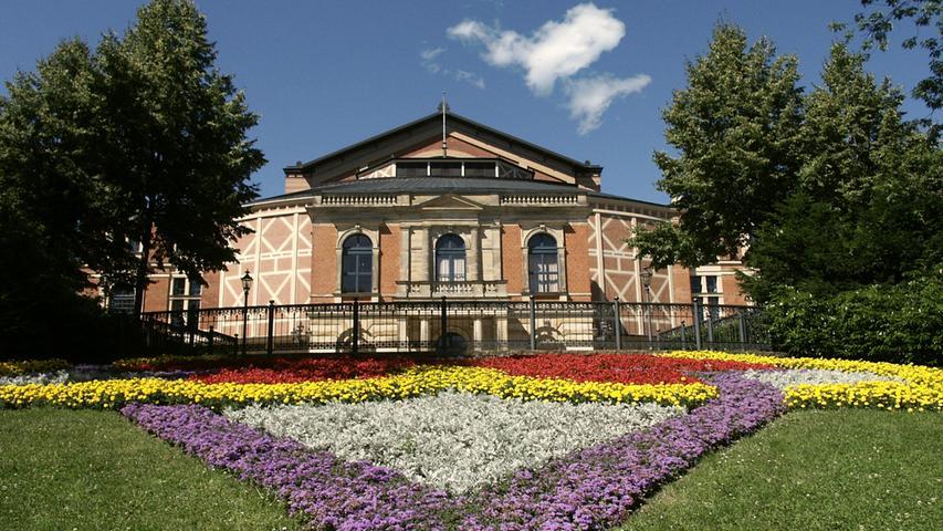 Es geht hinauf – und dabei mitten hinein in Natur und Kultur. So entdeckt man die Festspielstadt Bayreuth oder die Welt des Porzellans in Selb, durchquert die enge Schlucht des Kemplas-Tales mit ihren riesigen Gesteinsblöcken oder das Felsenlabyrinth der Luisenburg.Alle Infos zur Strecke und einzelnen Etappen gibt es hier.