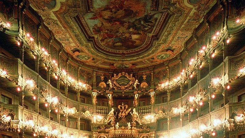 DasMarkgräfliche Opernhaus in Bayreuthist ein Theaterbau aus dem 18. Jahrhundert. Dank der künstlerischen Qualität und des Erhaltungszustands ist das Markgräfliche Opernhaus neben dem Teatro Olimpico im italienischen Vicenza eines der beiden bedeutendsten vor der Französischen Revolution errichteten Theatergebäude. 2012 ernannte die UNESCO den barocken Bau zum Weltkulturerbe. Das Markgräfliche Opernhaus ist nicht zu verwechseln mit dem von Richard Wagner errichteten