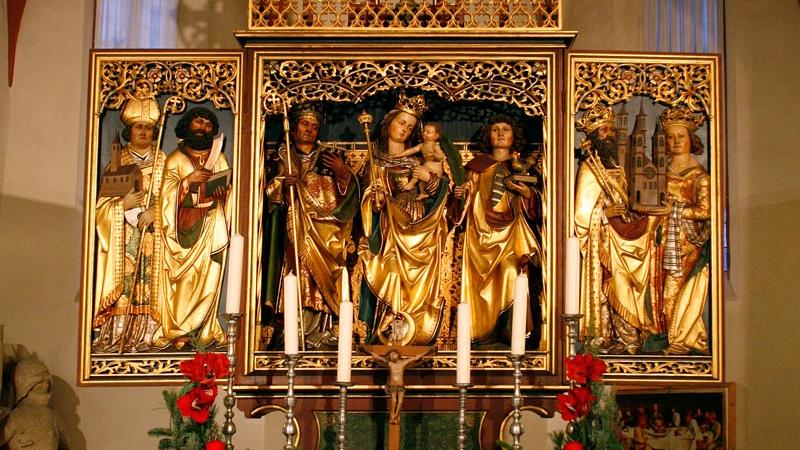 Ob er tatsächlich vom Renaissance-Meister Matthias Grünewald entworfen wurde, ist zwar seit einiger Zeit umstritten: Dennoch ist derLindenhardter Altarim Lindenhardter Forst an der Quelle des Roten Main (Landkreis Bayreuth) ein Schmuckstück, das zahlreiche Touristen anzieht. Das Wahrzeichen der St. Michaelskirche stammt aus dem Jahr 1503.