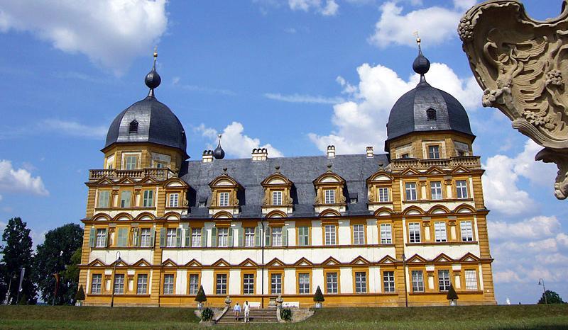 Früher nutzten Bamberger Fürstbischöfe das Schloss Seehof als Sommer- und Jagdschloss. Nach Renovierungsarbeiten des Freistaates steht die prächtige Barockanlage nun der Öffentlichkeit offen. Die Orangen- und Zitronenbäume durchdringen den wunderschönen Garten mit einem verführerischen Duft. Dort ist auch im Sommer jeweils zu den vollen Stunden das Wasserspiel am künstlich angelegten Wasserfall zu betrachten. Das Café lädt dazu ein, die Eindrücke geschmackvoll zu verarbeiten.