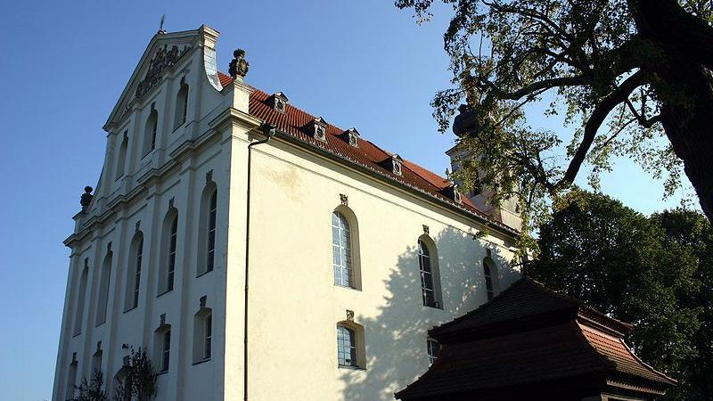 Die Wallfahrtskirche Mariä Heimsuchung bei Limbachist eine, in das 15. Jahrhundert zurückgehende, Kult- und Wallfahrtsstätte. Das imposante Gotteshaus erhebt sich zwischen Wiesen und Feldern. Während sie von außen eher schlicht wirkt, glänzt sie im Innern mit verspielter Rokoko-Pracht.