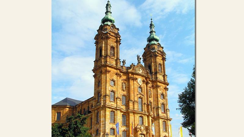DieBasilika Vierzehnheiligen in Bad Staffelsteinist eine Wallfahrtskirche, die von 1743 bis 1772 erbaut wurde. Neben der Basilika Gößweinstein, der Basilika Marienweiher und dem Bamberger Dom ist die Basilika Vierzehnheiligen die vierte Basilica minor des Erzbistums Bamberg. Rund eine halbe Million Besucher zählt die Basilika im Jahr.