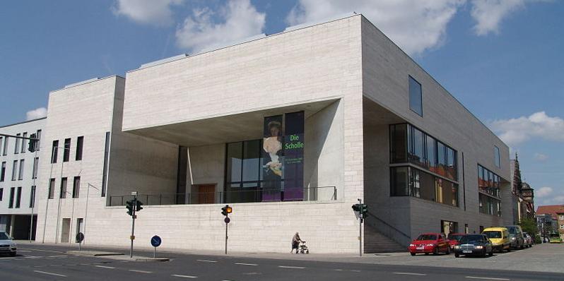 Im Jahr 2000 wurde das Museum Georg Schäfer in Schweinfurt eröffnet und es erregt bis heute internationale Aufmerksamkeit – nicht nur durch seine hochkarätige Sammlung, sondernauch als architektonisches Meisterwerk von Volker Staab, der auch das Neue Museum in Nürnberg geplant hat. Der moderne Bau beherbergt einzigartige Werke der deutscher Malerei und Zeichenkunst von 1760 bis 1930. Dazu zählen Exponate vonCaspar David Friedrich, Carl Spitzweg, Ferdinand Waldmüller, Adolph von Menzel und den Impressionisten Max Slevogt, Lovis Corinth und Max Liebermann. Die Einrichtung glänzt auch immer wieder mit anspruchsvollen Wechselausstellungen.