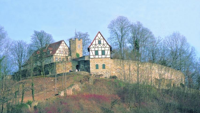DieBurg Königsbergist die Ruine einer ehemaligen hochmittelalterlichen Reichsburg. Sie liegtüber der gleichnamigen Fachwerkstadt im unterfränkischen Landkreis Haßberge. Die 1921 gegründete und heute noch aktive Schlossberggemeindehatte sich zur Aufgabe gestellt, die Ruine im freiwilligen Arbeitseinsatz von Schutt freizulegen, aufzubauen und zu unterhalten. Allerdings zeugen nur noch die gewaltigen Grundmauern und einige Bastionen, der wieder aufgebaute Wachtturm und die den tiefen Graben überspannende Brücke von der einstigen Stärke. Erhalten ist auch der tiefe Brunnen mit dem Brunnenhaus auf dem Burgplateau.