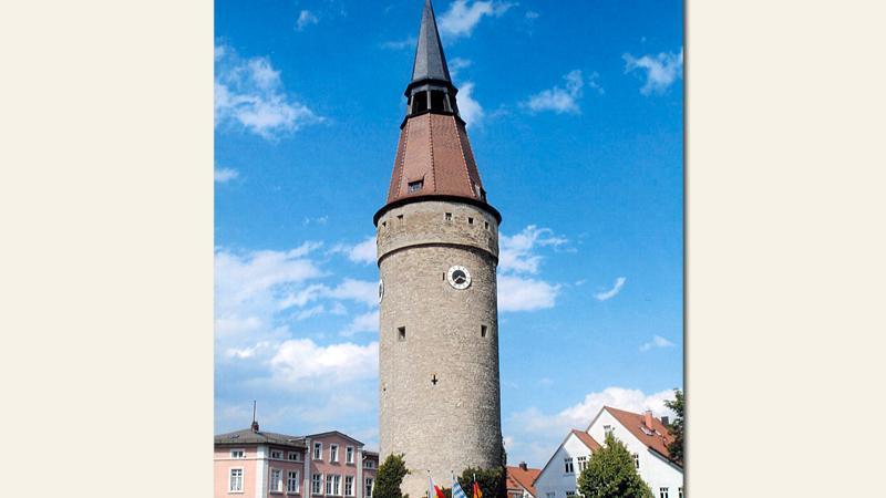 Der Falterturm ist ein Wahrzeichen der unterfränkischen Stadt Kitzingen. Der runde Turm entstand wohl zwischen 1469 und 1496 als eine Art Wachturm. Die schiefe Turmspitze ist das kuriose Highlight des Bauwerks.