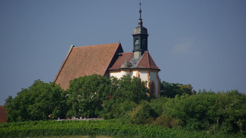 Die Wallfahrtskirche Maria im Weingartenliegt mitten im Herzen der Weinberge über dem fränkischen Ort Volkach an der Mainschleife. Im Inneren der spätgotischen Kirche befindet sich mit der