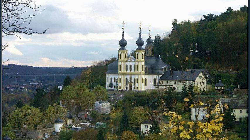 Käppeleist der volkstümliche Name der WallfahrtskircheMariä Heimsuchungauf dem Nikolausberg in Würzburg. Das Gotteshaus mit den zwei achteckigen Fassadentürmen wurde von1748 bis 1750 nach Plänen von Balthasar Neumann quer vor die alte Gnadenkapelle gebaut.