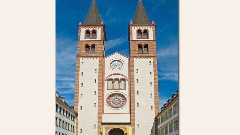 DerWürzburger Dom in der Altstadt istdem Heiligen Kilian, dem Schutzheiligen der Stadt und des Bistums, geweiht.Im Zweiten Weltkrieg wurde das monumentale Gotteshaus stark beschädigt und ab1945 renoviert. Mit einer Gesamtlänge von 105 Metern ist der Dom das viertgrößte romanische Kirchengebäude Deutschlands.