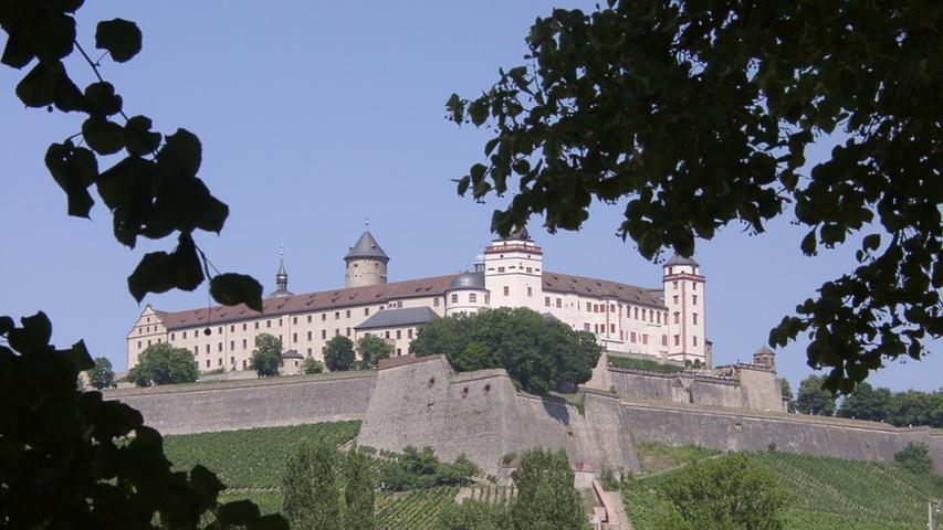 DieFestung Marienberg in Würzburgist eine ehemaliges fürstbischöfliches Schloss auf dem gleichnamigen Berg 100 Meter oberhalb des Mains in der unterfränkischen Stadt Würzburg. Die Festung wurde im Laufe der Geschichte mehrfach umgebaut. Die ältesten noch erhaltenen Teile, zu denen die kleine Marienkirche gehört, stammen aus dem Jahr 704.