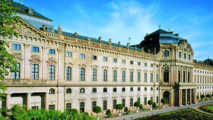 Im Jahr 1744 wurde der barocke Bau vollendet: DieResidenz Würzburgist ein beliebtes Ausflugsziel für Touristen. Das Weltkulturerbe diente als Sitz der Fürstbischöfe. Heute ist die Residenz ein Museum und kann ganzjährig besucht werden.